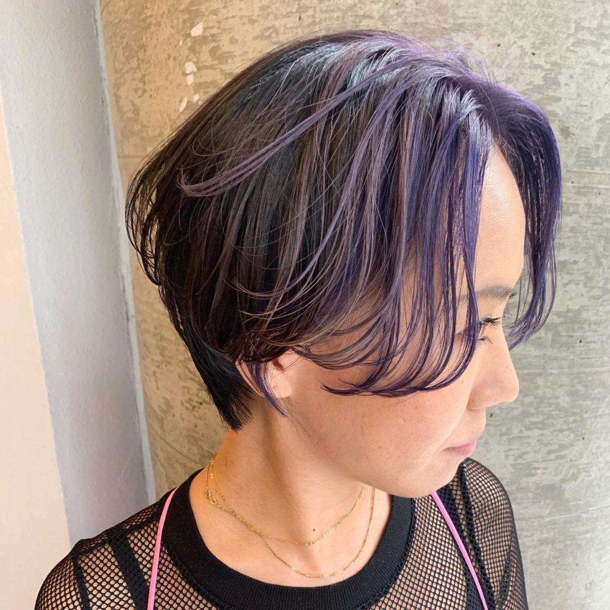 purpleへカラーチェンジ 約3ヶ月ぶりのサロンご来店のお客様 ネイリストの @reiko_shizuka000 さんです! お任せいただきありがとうございます!  前回のgreenのウルフヘアから purpleのショートヘアへ♡  どちらもパンチがきいててかっこいいスタイルです️️️  @673marie  ・  #オラプレックス #パーマ #アルマダスタイル  敷島店︎0272102115 岩神店︎0272265556 _________________________________________ check quintetto HP︎︎︎www.quintetto-hair.com