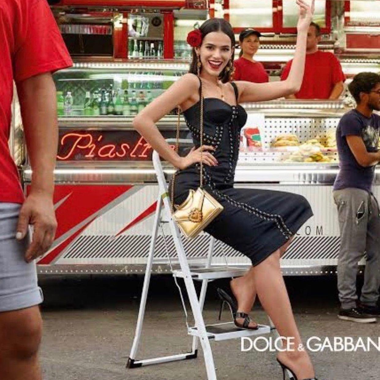今年はコロナで毎年恒例のがミラノ、パリコレに参加出来ません、ファッションウィーク中ショーのバックステージ以外の撮影のヘアメイクをする事もたまにあるんです。こちらはドルガバのキャンペーン広告を担当しました。近年ドルガバはミラノの観光客や、サッカースタジアムで観客とモデルでキャンペーン広告したりして、ストリート感をアピールしてますね、人でごった返す中のヘアメイクむちゃくちゃ大変でした。 今度、その撮影の裏側をアップしますねー