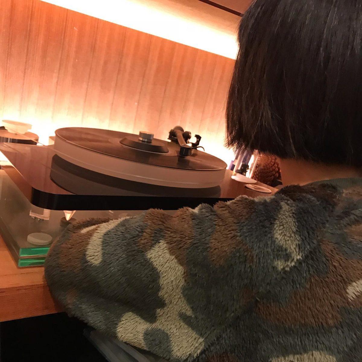 小学生の時、QUEENのアナログレコードを母の美容室に勤めていた従業員さんにもらった。we will rock youをA面の一曲目で聞いた時、なんてカッコいいギターなんだ!と思った。  時が経ち QUEENの伝記映画が流行り娘の小学校でもQUEENが休み時間にかかると言う。  うちでQUEENを聴くにはアナログレコードを再生させねばならない、娘にアナログレコード盤の再生方法を教える  静にオルトフォンの針を落としレコード盤の溝からでるホワイトノイズの後に始まるロジャーテイラーの乾いたバスドラの音は最高だ!    #高崎ビューティモード専門学校