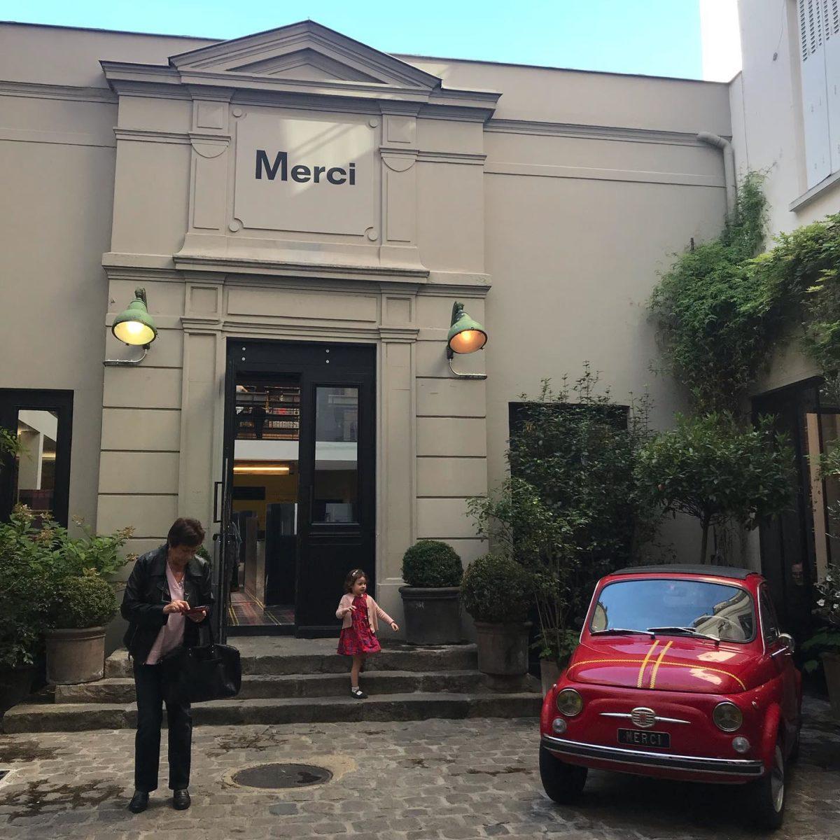 本来なら今日はミラノコレクションが終わりパリコレにミラノから移動する日だった。  写真はパリの今、一番人気のあるセレクトショップmerci  パリのセレクトショップと言うと サントノーレ通りにあったcollette が有名だったが数年前20年の歴史を閉じた。  バリバリのファッショニスタ御用達のcolletteに比べてmerciはナチュラル、生活、雑貨とパリジャン達の好みもナチュラル化しているのが分かる。  カフェ、本屋が併設されパリのおしゃれスポットで必見なショップ 。 場所もcolletteと真逆の庶民的なバスチーユ地区  昔この近くに住んでいたから懐かしい。
