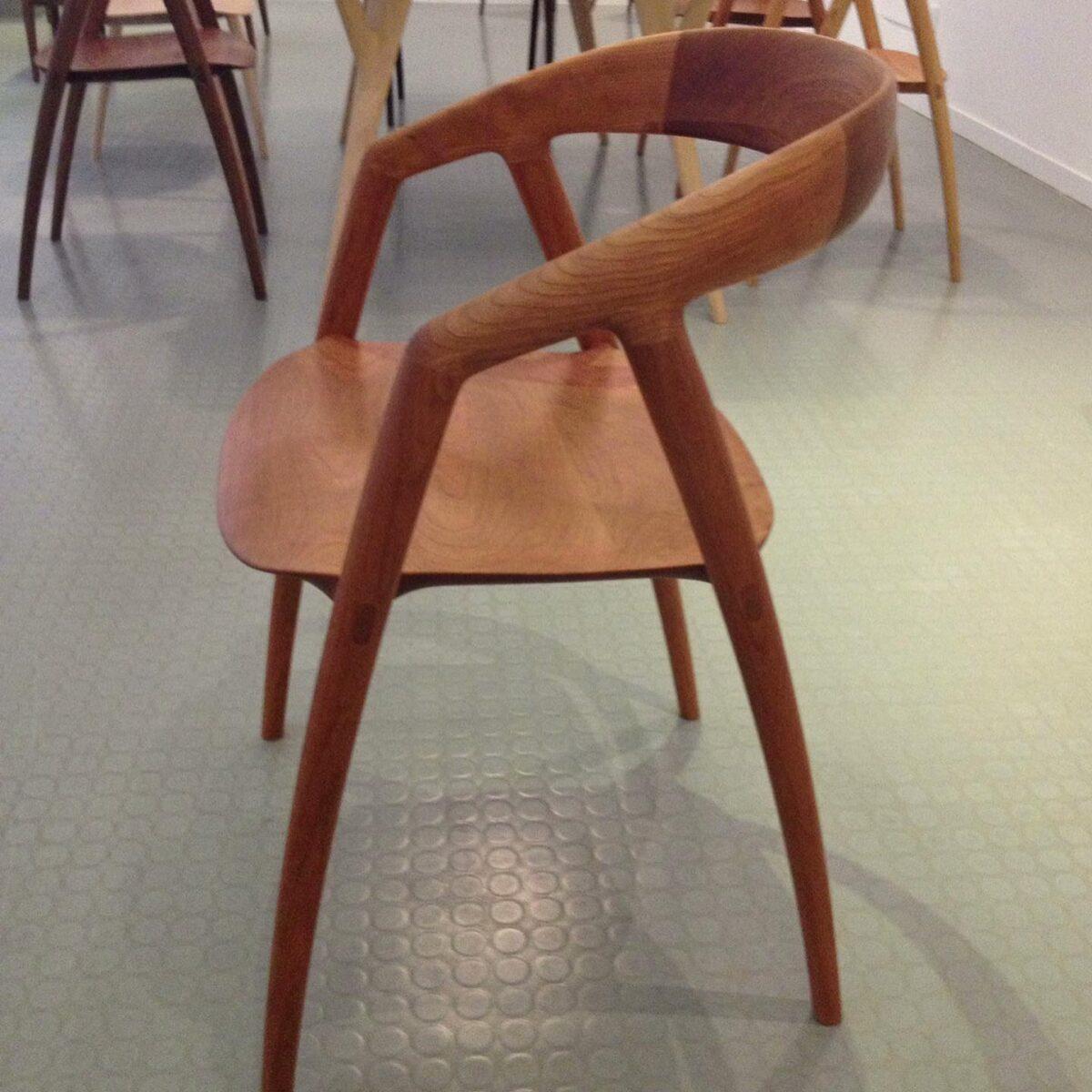 家具デザイナー 猪田京子の作品の椅子 彼女とはミラノ時代からの友人だ。  彼女がまだミラノのデザイン学校を卒業したての頃、初のミラノサローネに参加時に一緒に彼女の作品をミラノサローネでプレゼンした事もある  その後、デンマーク人のニルスと結婚し INODA+SVAJEと言うメーカーを立ち上げ 今や、ミラノに2人でショールームも構えて 美しく機能的な家具を世界に発信している  写真の椅子は2人の代表作DC9 私も娘が大きくなった時の為に二脚購入した。  素晴らしいフォルムしかも全く疲れを知らない座り心地、  この前橋市でも2人の家具は 北欧ヴィンテージ家具専門店 ノルディックサーカスで購入可能だ。