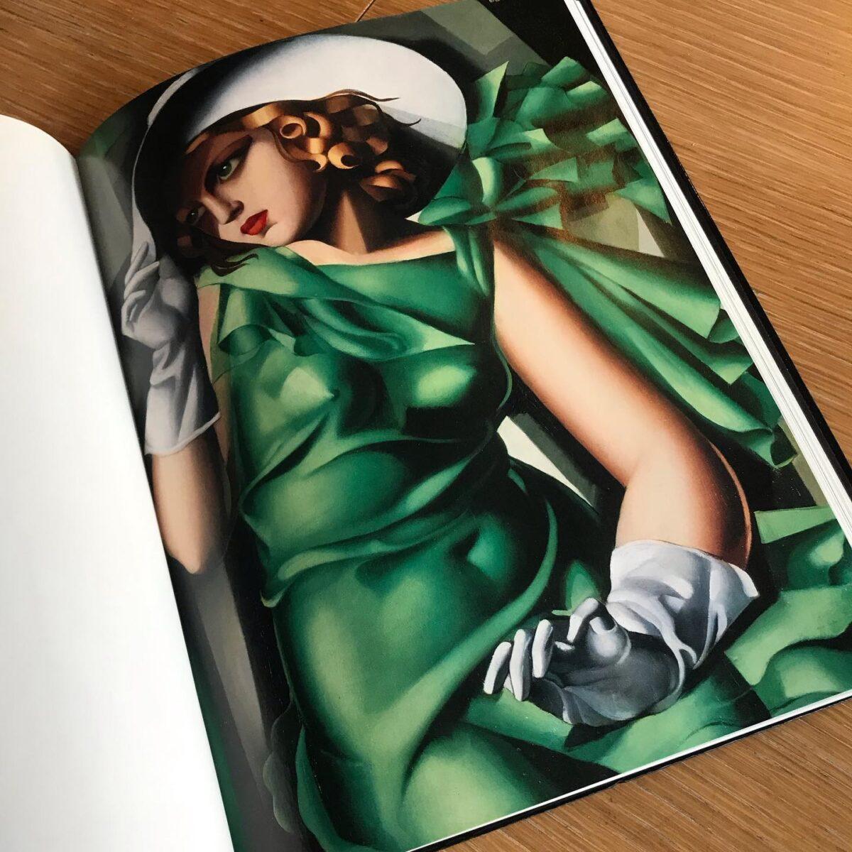 大好きな画家 タマラ ド レンピッカ  20世紀初頭に活躍した彼女は強く生きる当時の女性の象徴だったに違いない  数々のパトロンやモデルと親密な仲となった画家タマラ・ド・レンピッカは、 強い貪欲さをもって露骨な官能性を表現し、アール・デコを押し広げた画家だ  強い女性は大好きだ かかあ天下のこの群馬県、そんな女性が居る家庭で育った私には強い女性は当たり前になったのかもしれない  現代の強い女性の代表格と言えば マドンナを置いて他に居ないだろう  そしてこの タマラ ド レンピッカの 作品の大多数はマドンナ 彼女が買い占め 所有している  つまり、マドンナはレンピッカの大ファンだ 時代を超えてもこの2人には共通点があるようだ  名声、才能、富、、、 一見全てを手に入れたかに見えるが 幸せな家庭 だけは彼女たちは手に入れられ無かったようだ。  そして、女性は 全てを手に入れた女を嫌う と作家 塩野 七生 女史は言っていた。