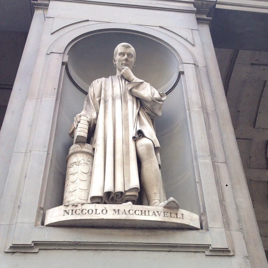 聖地巡礼 誰もが憧れる人に縁のある場所を 訪ねてみたいと言う感情はあるだろう  私の場合、かつて一度だけ ある人の生まれた生家まで、行った事がある  訪ねた場所は イタリアはフィレンツェ ミラノコレクションの空いた中日に行ってきた。  誰の生家と言うと ニコロ マッキャヴェッリ ルネッサンス期の政治哲学者だ  メディチ家時代のフィレンツェの官僚だった彼はメディチ家の没落後、華やかな政治の舞台から落ち農園に蟄居せざるを得なかった。  その蟄居時代に書かれたのが彼の 代表作にして有名な作品 「君主論」だ  フィレンツェのシニョーリア広場横にあるウフィツィ美術館の回廊にはズラリとルネッサンス期を飾った偉大な芸術家達の彫刻像が飾らせている。  ダ、ヴィンチやミケランジェロの像と並び、なんら芸術作品を残していないニコロ マッキャヴェッリもイタリアでは重要なルネッサンス人として列挙されている  日本ではルネッサンスと言うと文芸復興と言う芸術家達の復興を意味するかのようだが ヨーロッパ人達にとってはルネッサンスの意味はまるで違う 1000年に及び、信じる者は救われると言うキリスト教精神から なぜ? どつして?と言う「疑問」を初めて持ったのだ 人間とは? この世界とは?  この精神活動こそがルネッサンスだ。  政治哲学も立派な芸術作品として評価されてるのがイタリア ルネッサンス的だ  「自らの安全を自らの力によって守る意思を持たない場合、いかなる国家といえども、独立と平和を期待することはできない。」  「天国に行くには 地獄に行く道を熟知する事だ」  ニコロ マッキャヴェッリ