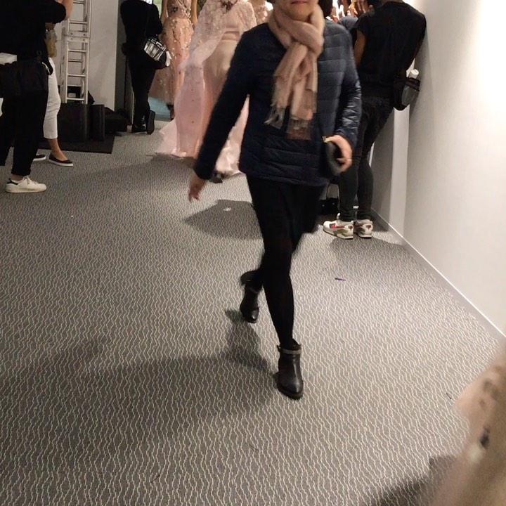 オートクチュール Haute coutureフランス語だ ハイクラスの縫い つまり 一点モノの洋服 と言う意味だ。  動画は数年前にクリスティアン ディオール のオートクチュールのショーにヘアで参加した時 ランウェイから戻ってくるモデルたちがバックステージに歓声をもって迎えられる瞬間だ。  モデルたちが着ているこのオートクチュールのドレスは世界に一点しか無い、  もし購入したい場合は 顧客のサイズをクチュリエと言うお抱えのお針子が家まで来てくれ 裁断し直した 貴方だけの一点モノを縫い直してくれまた一から作られる  それが、オートクチュールだ。  クインテット美容室のヘアスタイルも お客様1人ひとりに似合ったヘアスタイルを創るのはこのオートクチュールと同じだ。    募集中