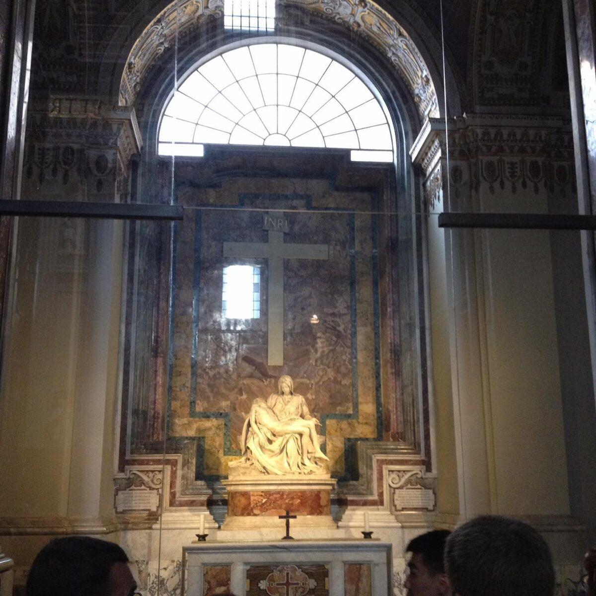 大好きな芸術家 ミケランジェロ 何故好きか? それは彼の気鋭だ。  ルネッサンス時代、時の法皇ジュリオ2世が自分が死んだ時の墓をミケランジェロに作って欲しいと依頼した。  仕事の依頼を受けたミケランジェロは法皇ジュリオ2世に請求した金額は 当時の高級官僚の年収の10年分!  これには法皇ジュリオ2世も怒り心頭 当時、ミケランジェロはフィレンツェでは有名だがここ法王庁ローマではまだ無名に近かったからだ。  しかし、このルネッサンスを代表するミケランジェロはこう答えた    「得をするのは貴方ですよ。」 と、  その墓とはヴァチカンに入ってすぐ右手にあるキリスト教母子像ピエタだ、  このキリスト教史上かなり悪名高い法皇は 500年経っても世界中から人々が自分の墓に訪れる、     この法皇は得をしたのは間違いないがこの世界遺産のピエタが彼の墓だと知っている人は少ない  コロナぎ開けたら イタリア旅行をおススメしたい、そこには知的興奮と味覚的幸せが待っている。