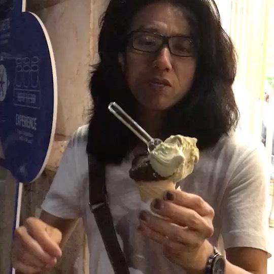 ジェラート イタリアのアイスクリーム ミラノコレクションに行く時は飛行機の中から食べる事を考える  しかし、これだけ日本に美味いイタリア料理店はあっても美味いジェラートの店はまだ知らない  イタリアでは、ジェラートは国民食だ子供から年寄りまでみんな夏場になるとどこでも食べてる、  オーダーは、まず カップでスプーンで🥄食べるか コーンに乗せて口で舐めるか選ぶ  ピッコロと言う1番小さいのでも2種類味が選べる 私のおススメは ピスタキオ&チョッコラート  もし、あなたがダイエットを気にしなく、 この世のこの冷たくも甘美なジェラートを最高に楽しみたければ オーダーの時に con la panna コン ラ パンナ パンナ生クリームも乗せて!  と言って欲しい ダイエットなどバカバカしいと思うほど 甘美な世界に誘う危険な食べ物だ。  コロナが開けたらイタリアへ!
