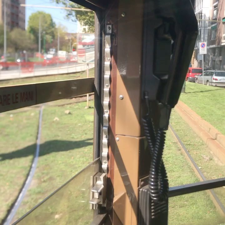 ミラノのチンチン電車 トラム  地下鉄以外のミラネーゼの重要な交通機関だ 、専用のトラムの線路を走る時もあるがそのほとんどが一般のクルマと一緒に走る  電車だからどう見ても急には止まれない!  こんな交通機関と一緒に走るイタリア人の運転は上手いがギリギリの安全マージンだから こちらはいつもヒヤヒヤする。  運転士が携帯電話でマンマと話しているのはイタリアの日常風景だ。