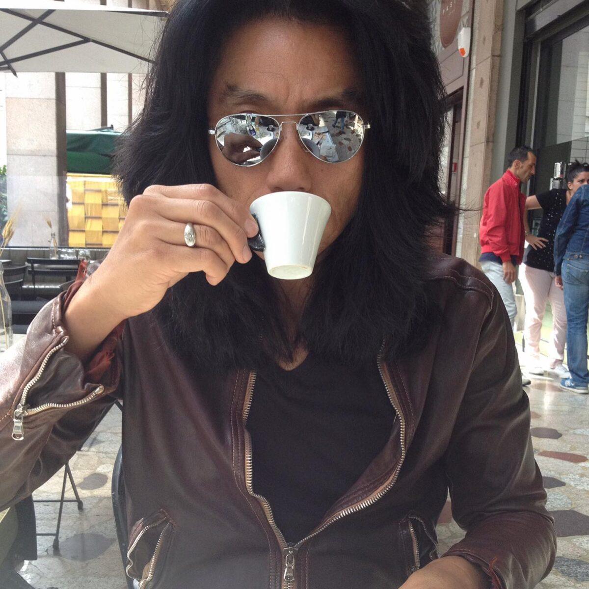 cafeカフェ  イタリアでコーヒー️と言ったらエスプレッソの事を指す。  初めてイタリアでエスプレッソを飲んだ時、こんなコクのあるコーヒーがあるのか?! と今でも覚えている。  BARバールでエスプレッソを頼むとただでさえ小さなカップなのに️その半分くらいしか入っていないがびっくりしないで欲しい これが普通サイズなのだ、   しかし、このサイズはバリスタにオーダー可能なのだ、もっと濃いのが欲しければ リストレット。もう少し多めつまり薄めなら ルンゴと細かくオーダーはどのBARでも可能だ。  これは、カプチーノにも適用出来てカフェ濃いめはカプチーノスクーロ カフェ薄めならカプチーノキャーロと言った具合だ。  では、夏ならアイスコーヒーは?と言うと実はエスプレッソのアイスコーヒー版は存在するこれはエスプレッソを抽出してシェーカーでシロップやリキュールをシェイクして洒落たグラスで提供される 夏にイタリアに行ったらジェラートと同じく是非飲んでもらいたい。
