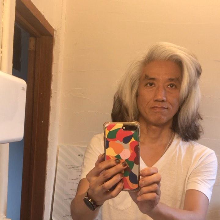 白髪染めをやめて早1年 経ちました。  染めないで見たら、あら! 白を通り越してシルバーヘアに  今後のヘアは?とお客様に聞かれると 昔の西条 秀樹くらいにしようかなー? と言うと いいじゃない! と話しが解る同年代のお客様 ありがとうございます