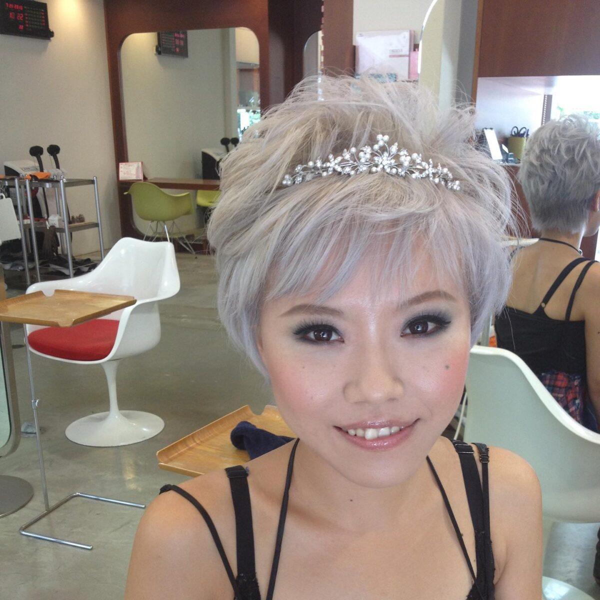 ネイリスト志塚玲子さん 全日本ネイルコンクールで何度も日本一に輝く前橋出身の超有名ネイリストさん。  数年前、ご自身の結婚式のヘアメイクを担当させて頂いた。  いつも、ショートヘアのハイトーンカラーがトレードマークの彼女   強い個性を持つ彼女の事、ナチュラルなヘアメイクは始めから予定はしていなかった。 しかし、彼女の大切な結婚式、彼女を知る友人、親族が「美しい」と評価されるヘアメイクを提案し、 ドレスの後はティアラを取って和装に変身する予定でヘアメイクを提案させて頂いた。  担当 敷島店 丹野マリエ       #前橋 敷島 川原美容室