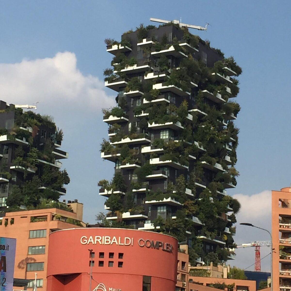 ミラノの億ションと言えば BOSCO VERTIARE 直訳すれば「縦型の森」 とでも言おうか   建設が始まったのは2010年頃、居住者はかなり広いバルコニーに緑の植栽が義務付けられ、緑、つまり植栽をしてその緑を枯らしてはならないとなった。  そして、数年後、その緑も成長しあたかも天空に森がそびえ立つようなマンションが出現、と言うより始めは無機質なコンクリートのマンションが段々と森に変わってきたと言うべきだろう  実は、このミラノの億ションが出来た再開発地区はかつて、l'isola つまり島と呼ばれていた 売春、麻薬、犯罪とたいへんガラの悪い地区だった。  そんなガラの悪い地区だが 写真生えする雰囲気があってよく雑誌の撮影でヘアメイクをこの地区でした。  片時もヘアメイクの道具が盗まれないように ヘアメイクしながらも気が気では無かったが 今では、ミラノ屈指の高級地区となった。  クインテットは現在スタッフ大募集中です。 来年度新卒さん、また美容師やりたい中途さん、ママさんパートさん大募集中です! お気軽にDMでお問い合わせ可能です。 または、ホームページをご覧下さいね